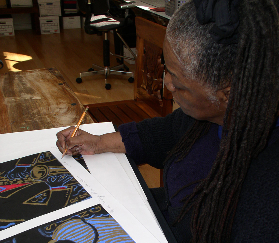 Faith Ringgold signing prints at the Mount Holyoke College Printmaking Workshop